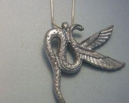 colgante Wadjet diosa cobra alada amuleto egipcio en plata de ley