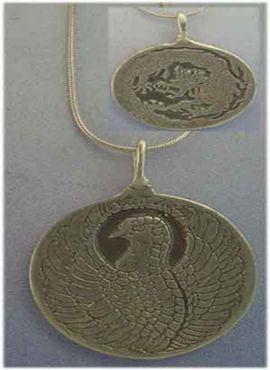 colgante fénix y dragón en un amuleto chino gravado por ambas caras en plata de ley