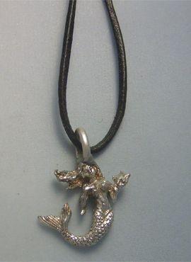 colgante de pequeña sirenita en plata de ley con cordón de piel