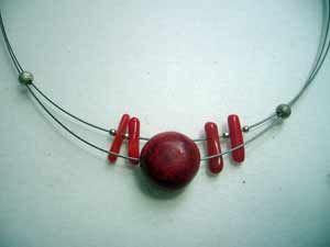 collar de coral manzana y plata con cordón de acero