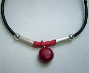 collar de coral con plata y cordón cuero con piel roja