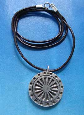 collar símbolo rueda del dharma colgante de plata