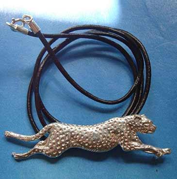 collar de guepardo de plata