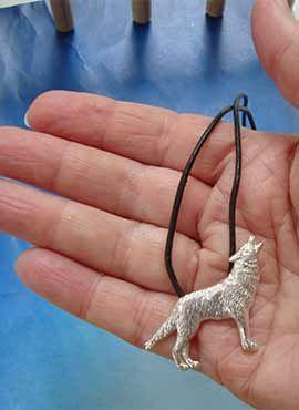 colgante collar lobo aullador de plata
