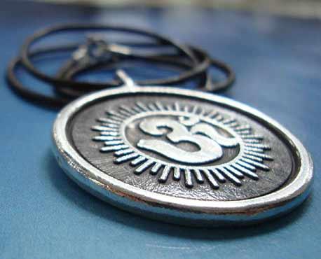 Medalla símbolo Om de plata