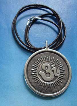 joya medallón de plata maciza con la diosa Laksmi y el símbolo Om mani padme hum