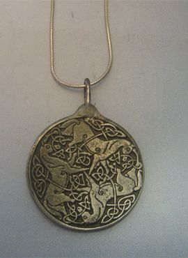 Rhiannon y Pwyll amuleto de Epona de plata