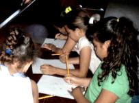 Niños Jugando con Papel