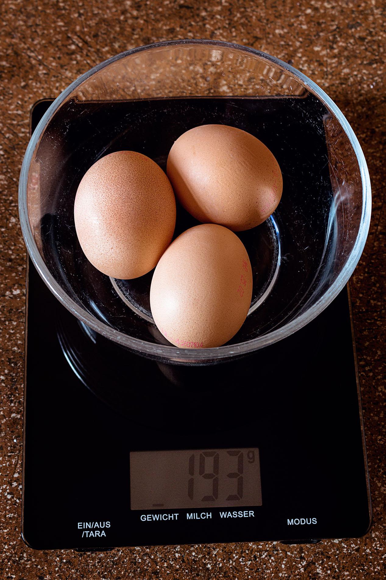 Eier auf der Küchenwaage