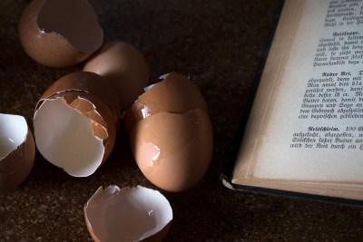 Altes Kochbuch mit eierschalen