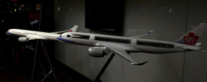 Cutaway and regular models of China Airlines A350