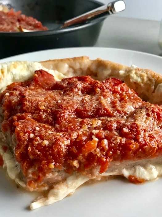 5-Ingred chicago pizza on plate vert