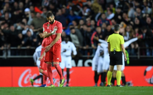 Benzema looks dejected as Real Madrid lose.