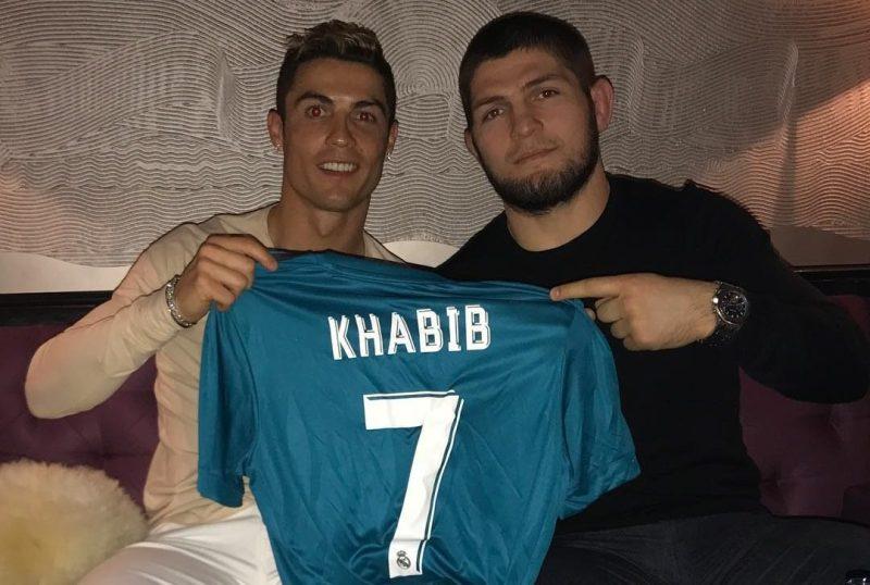 Khabib received a Madrid shirt from Cristiano Ronaldo in 2018