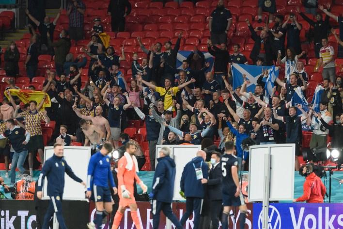 İskoçyalı taraftarlar beklenmedik bir sonuç için takımlarını tebrik etmek için Wembley'de kaldı