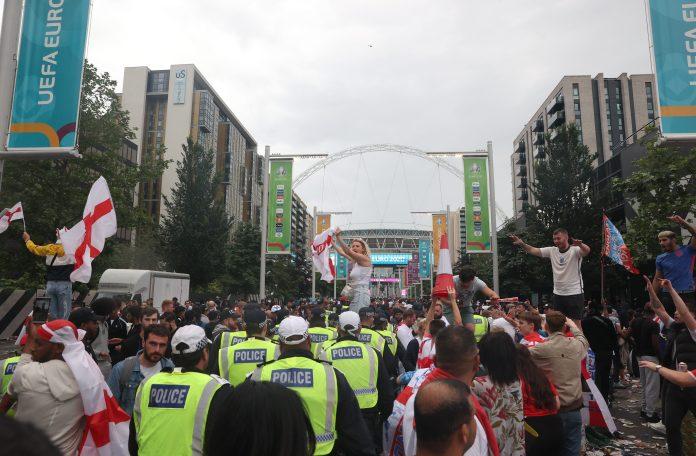 A polícia e os comissários ficaram impressionados com o número de fãs em Wembley Way