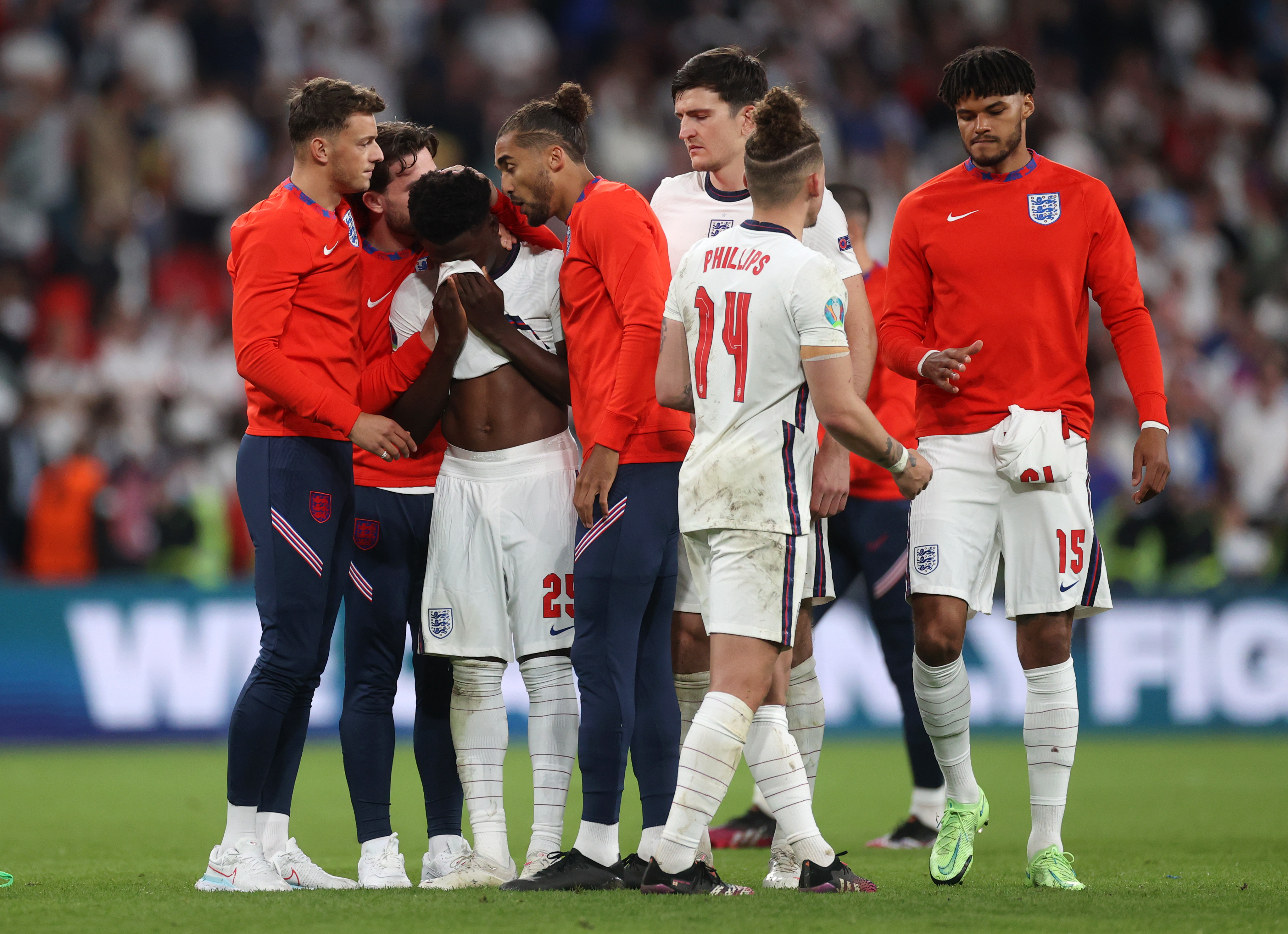 Gareth Southgate and England players console Arsenal's Bukayo Saka who  missed decisive penalty in Euro 2020 final defeat to Italy - Unlimited  Viral News