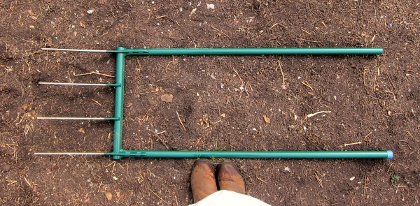 Broadfork ground breaking tool