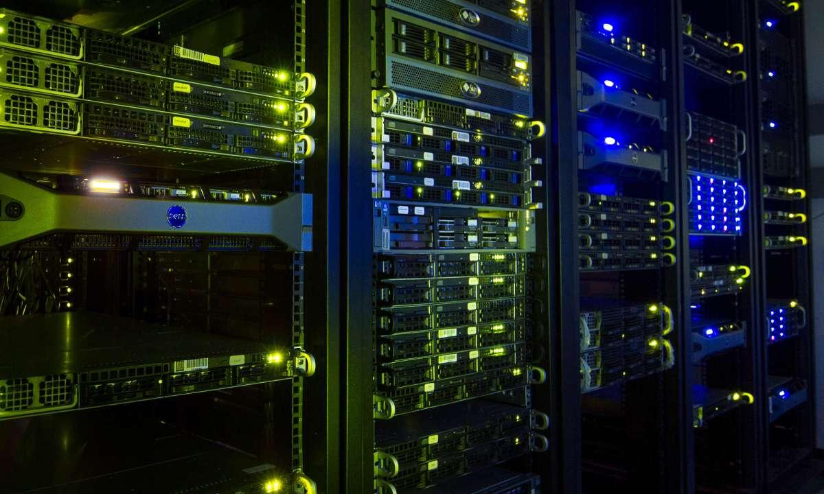 Rack de servidores durante la noche
