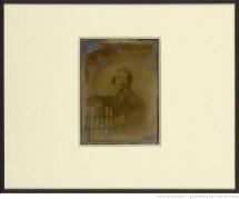 [Portrait d'homme jeune, à mi-genoux, assis, de trois-quarts à droite, le bras accoudé à une balustrade] : [photographie] / Hippolyte Fizeau --1841