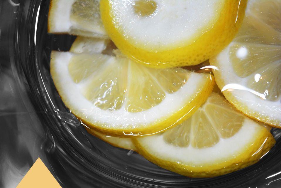 ¿Todavía no tomas agua tibia con limón cada día al levantarte? Descubre los 8 beneficios para tu salud que te estás perdiendo