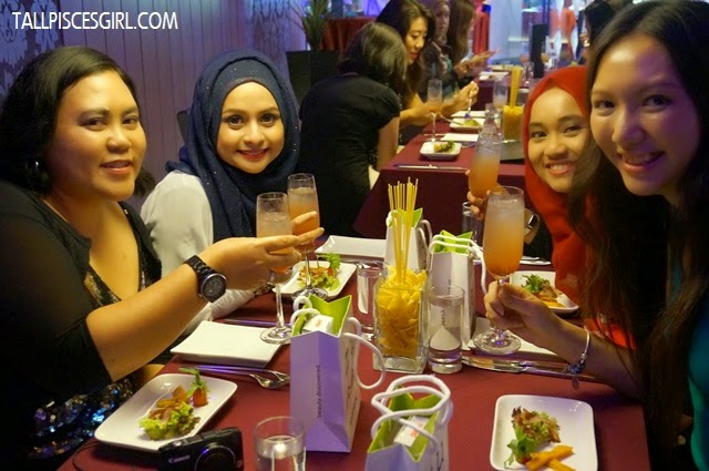 My dinner companions of the night - Cik Lily, Sabby Prue and Mieza! We kinda troubled the staff for asking her to help us take so many photos LOL