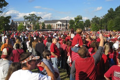 The buses of Alabama players arrive