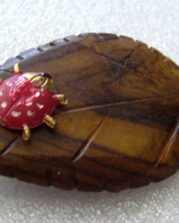 Vintage 1940s - 1950s  art deco wood and early plastic pin brooch - leaf with ladybug