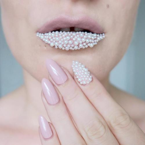 Nude and pearl nail art/lip art - #TalontedLipsAndTips