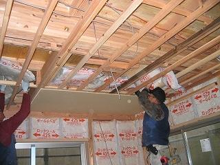 天井に75㎜のロックウール断熱材