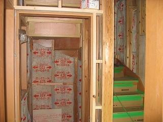 階段下にトイレ