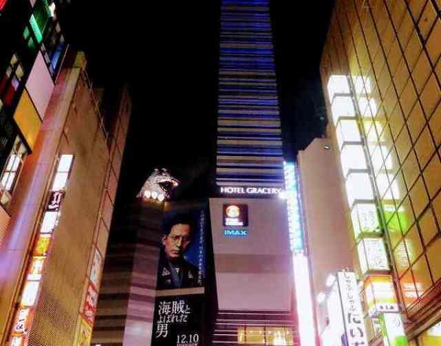 夜の歌舞伎町の東宝ビル