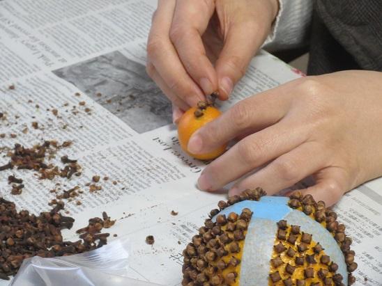 フルーツのオレンジにクローブというスパイスを刺しています。魔除けにも使われるんですよ。スパイスのパウダーを絡めてから、しっかり乾燥させてリボンをかけてお部屋に吊るしたり、お皿に入れて飾ります。用いるスパイスは風邪など感染症の予防やゴキブリよけになる効能を持っています。