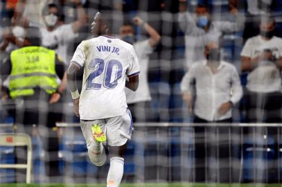 Vinicius y Benzema rinden al nuevo Bernabéu