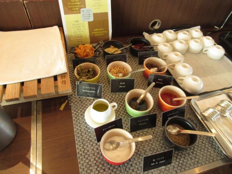 渋谷エクセルホテル東急のビュッフェの内容。おかゆの薬味がたくさん