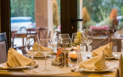 How to Eat Mindfully in a Restaurant with Others