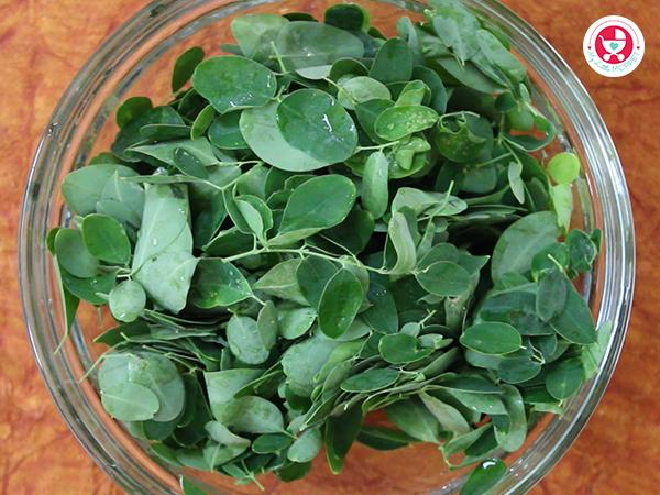 wash moringa leaves