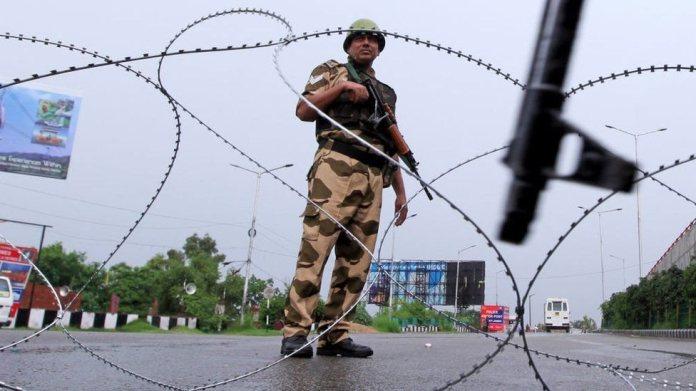 संविधान के अनुच्छेद 370 को निरस्त करने के बाद कश्मीर में सख्त कर्फ्यू, यात्रा और दूरसंचार प्रतिबंध लगाए गए थे।