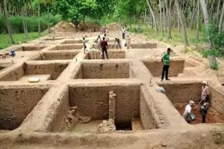keezhadi Excavating