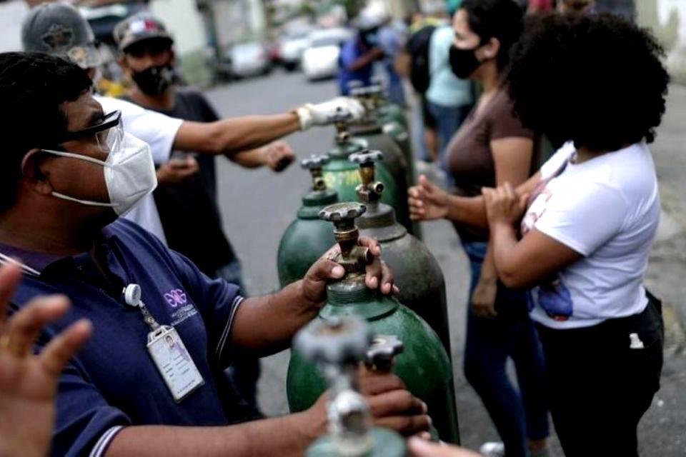 Algunos pacientes con covid-19 sufren de insuficiencia respiratoria que los obliga al uso de oxígeno, un insumo difícil de costear en la empobrecida Venezuela por su fuerte impacto en la economía se la mayor parte de la población