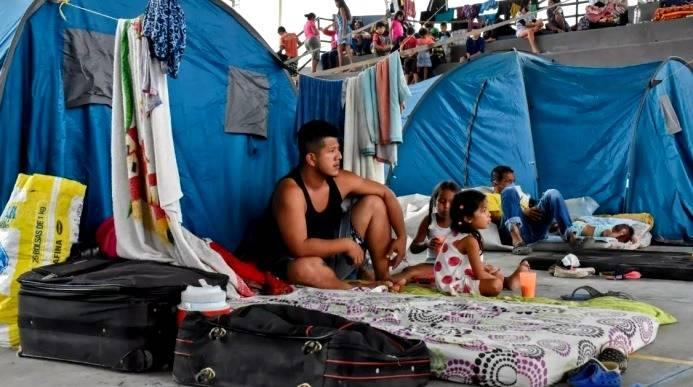 Venezolanos de La Victoria, estado de Apure, acampan mientras se refugian en Arauquita, departamento de Arauca, Colombia, el 26 de marzo de 2021 Daniel MARTINEZ AFP