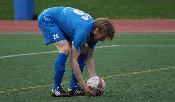 Mika Kytöviita asettelee palloa pilkulle