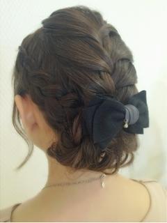 卒業式の母親のミディアムヘアのアップスタイルのヘアアレンジ 3