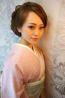 卒業式の着物に合うロングヘアの母親のアップスタイルの髪型