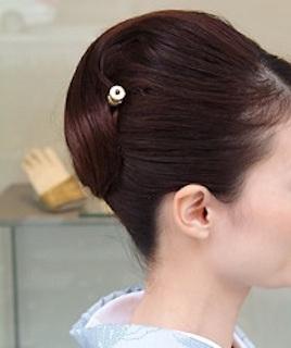 卒業式の着物に合うロングヘアの母親のアップスタイルの髪型2