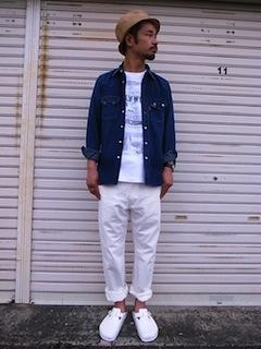 デニムシャツ×白色のシャツ×白色のパンツ