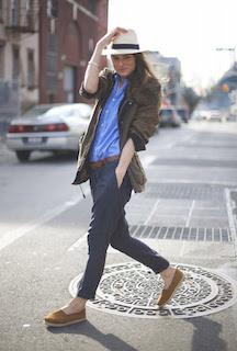 麦わら帽子×ブルーのシャツ×ネイビーのパンツ