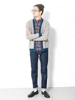 ベージュカーディガン×シャツ×ジーンズ×靴下×靴の秋コーデ