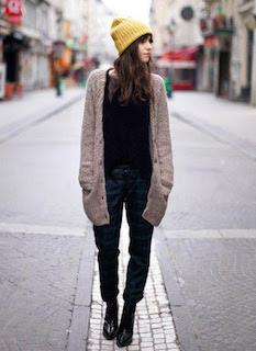 黒のシャツ×ベージュのカーディガン×ジーンズの秋コーデ