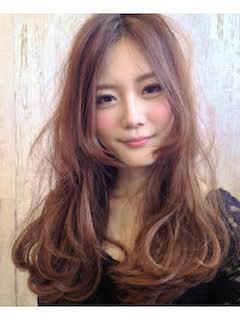 秋の人気カラーを使ったレディースのロングの髪型